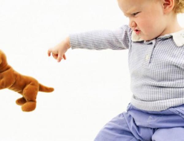 Lançar objetos não é bagunça. É só o seu bebê se desenvolvendo