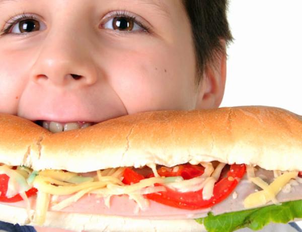 Seu filho come como gente grande? Isso não é legal