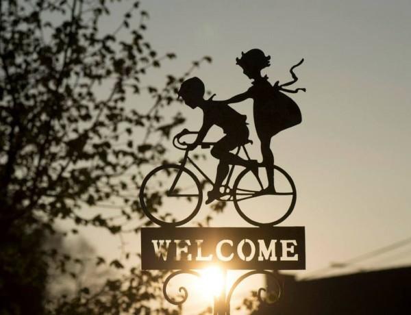 Um bebê na bicicleta