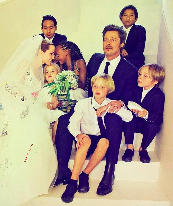 """""""Brangelina"""" - A família pós moderna dos astros Brad Pitt e Angelina Jolie."""