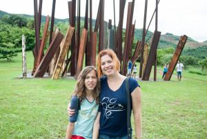 Pais no rolê vão ao Inhotim, Minas Gerais, para conhecer esse museu e ver em funcionamento da colônia de férias para crianças.