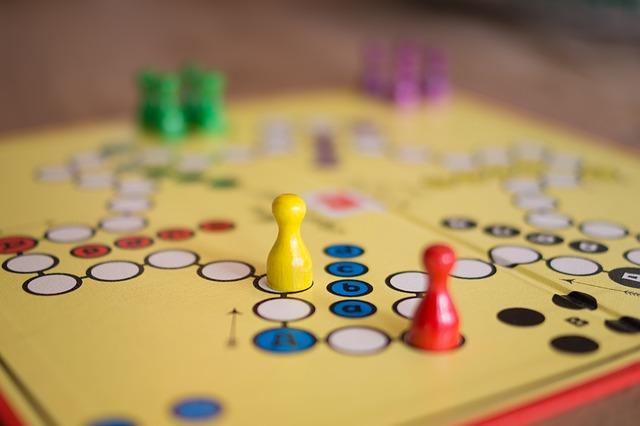 Jogos de tabuleiro: Ótimos para as crianças aprenderem a obedecer regras e também criá-las.