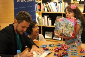 A pequena Laura feliz no lançamento do livro.