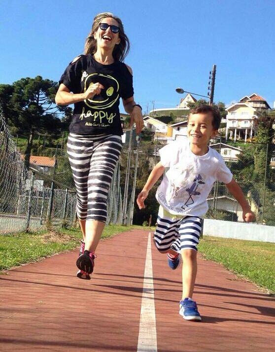 A professora Valéria treinando com o filho Felipe de 5 anos.