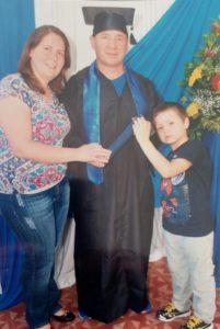 Papai de beca - Joel Silva com a esposa Pryscila e o filho Lucas no dia da formatura.